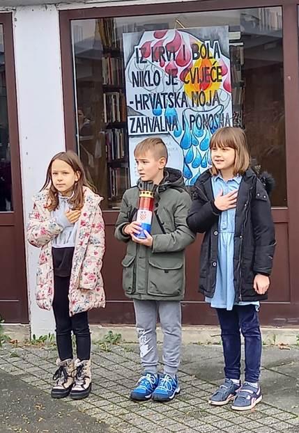 """izložba likovnih radova pod nazivom """"Iz krvi i bola niklo je cvijeće- Hrvatska moja zahvalna i ponosna""""  (2)"""